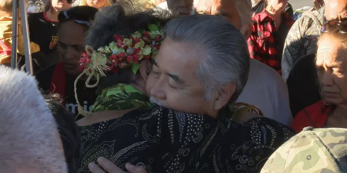 Gov. Ige makes surprise visit to Mauna Kea, where TMT protesters remain for 10th day