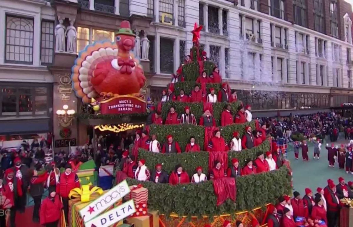 Macys Hours Christmas Eve 2019.A Singing Christmas Tree In The Macy S Thanksgiving Day