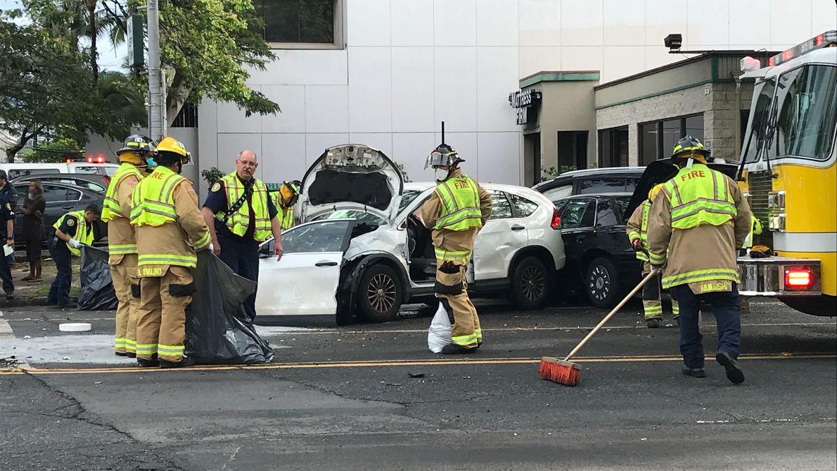 Multiple-vehicle crash blocking several lanes in Ala Moana area