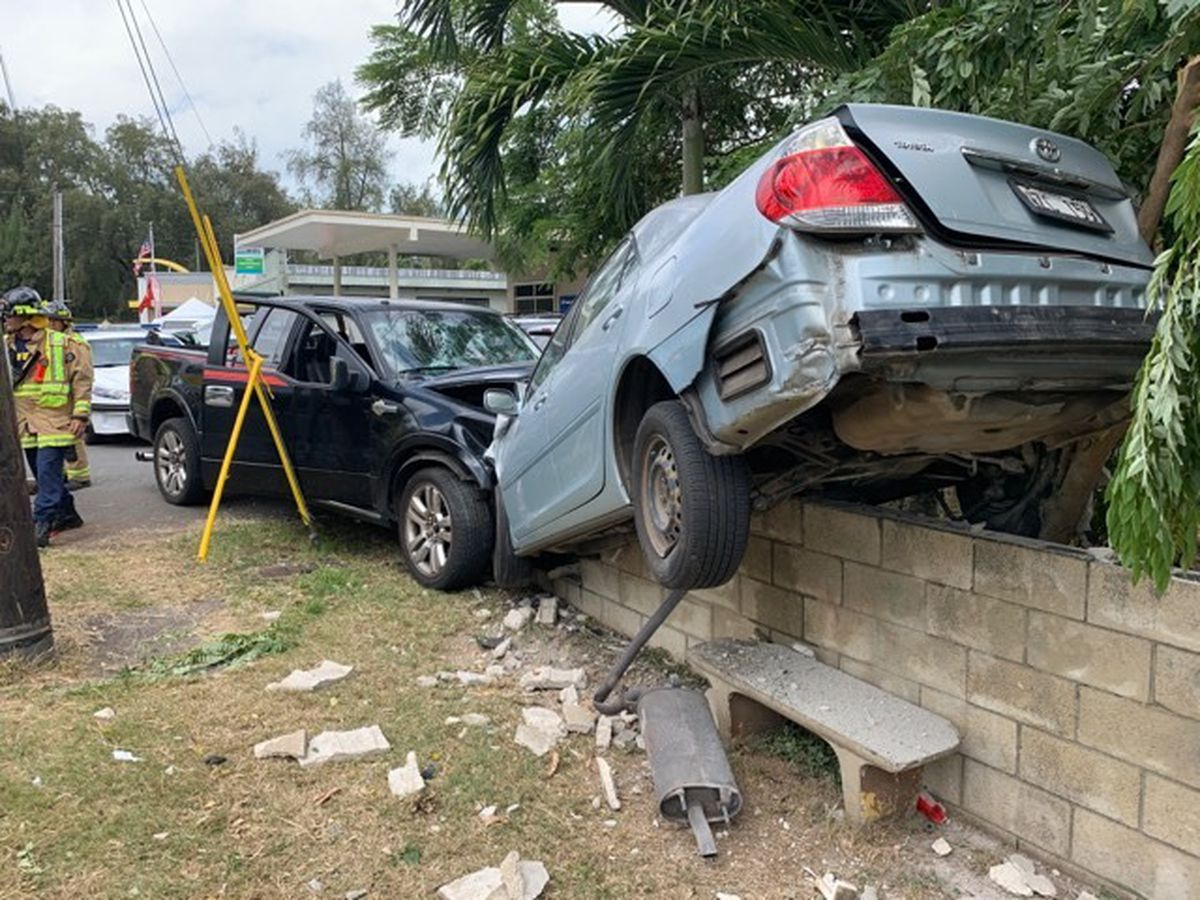 2 injured, several vehicles damaged in Waimanalo crash