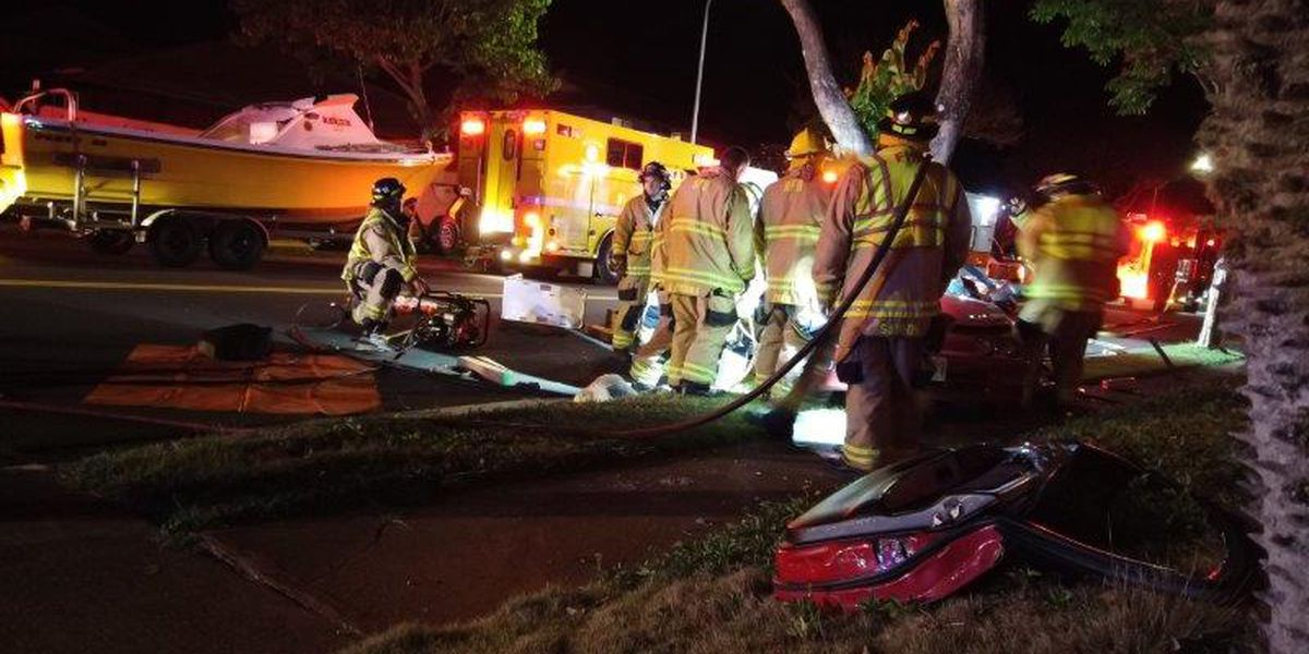 2 seriously injured after car slams into tree in Mililani