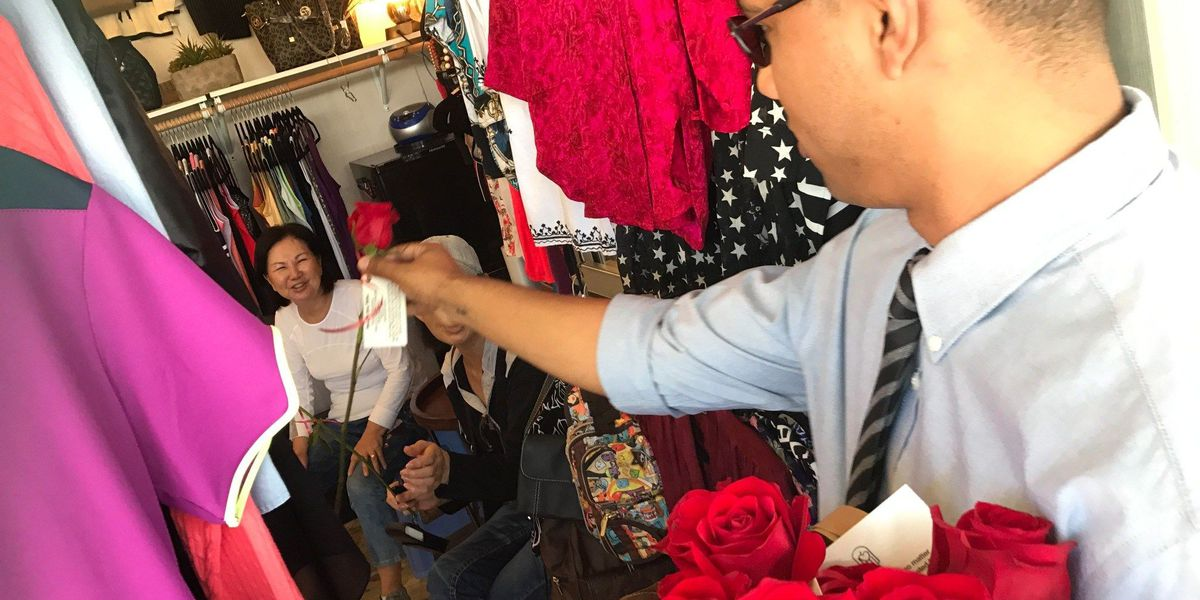 With a rose and a smile, student seeks to 'pay kindness forward'