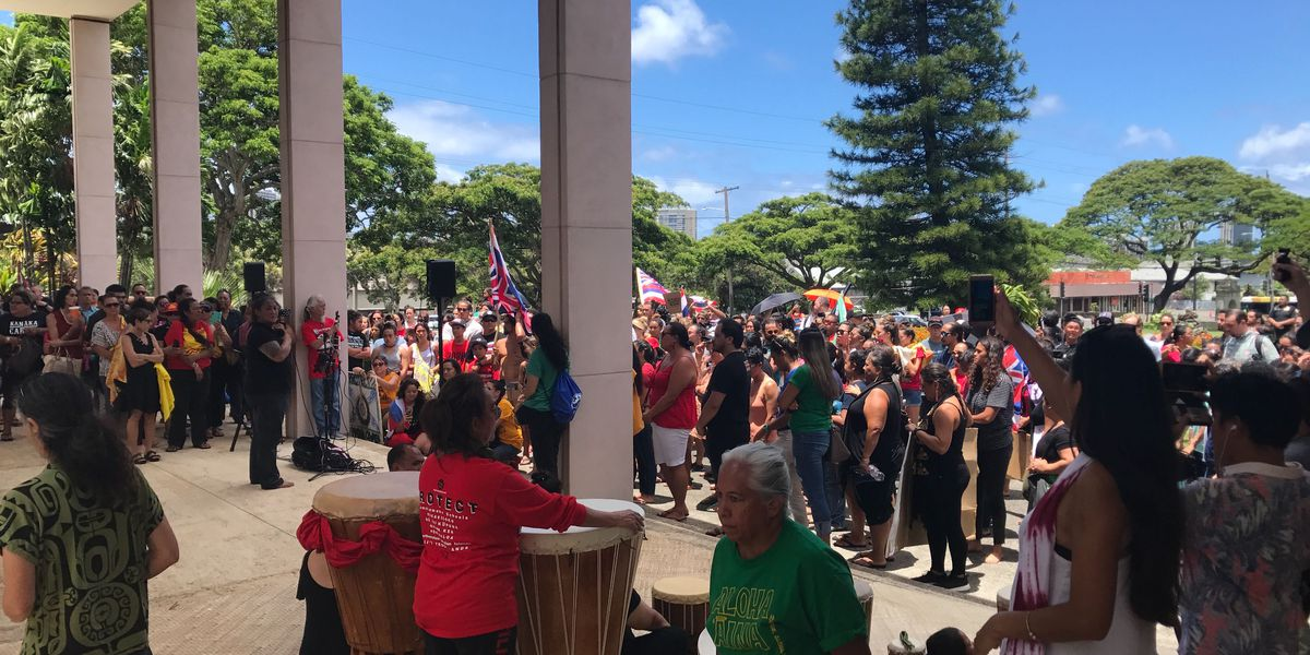 In wake of TMT arrests, scores gather to call for UH president's resignation