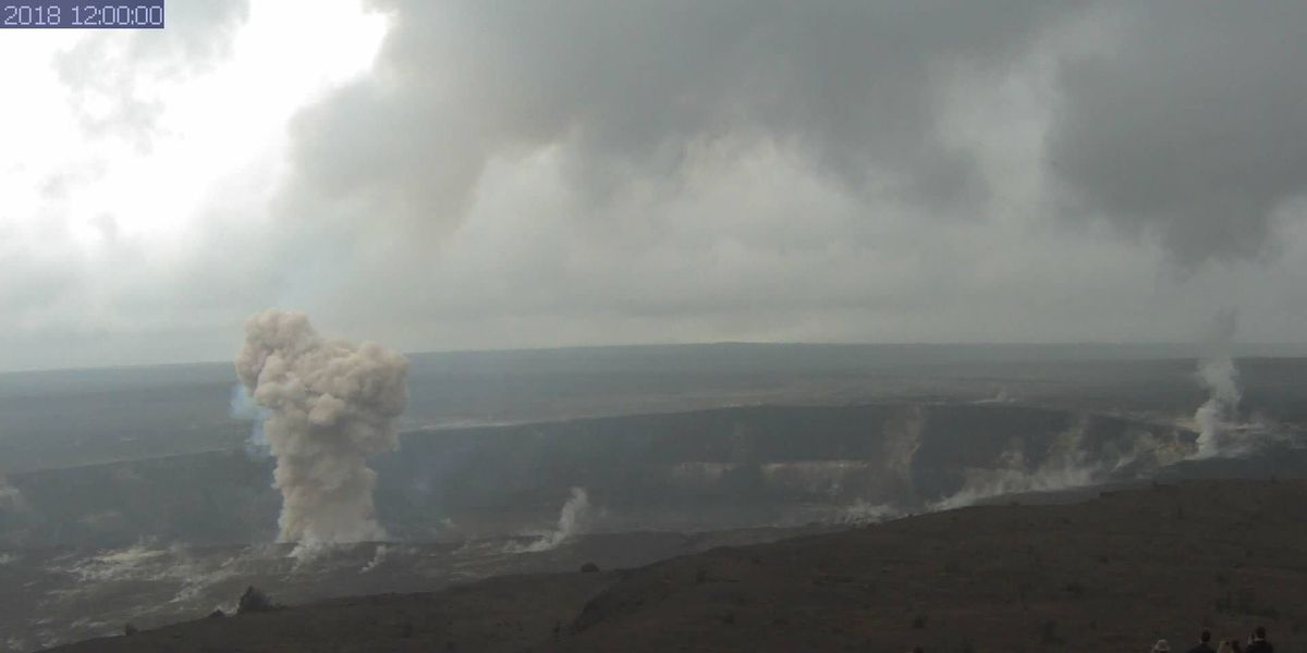 Explosion rocks Kilauea lava lake — and gives visitors quite a show