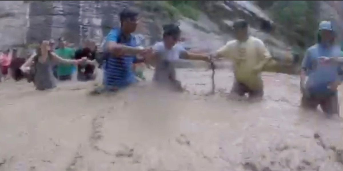 Maui man helps form human chain across swollen river in Utah