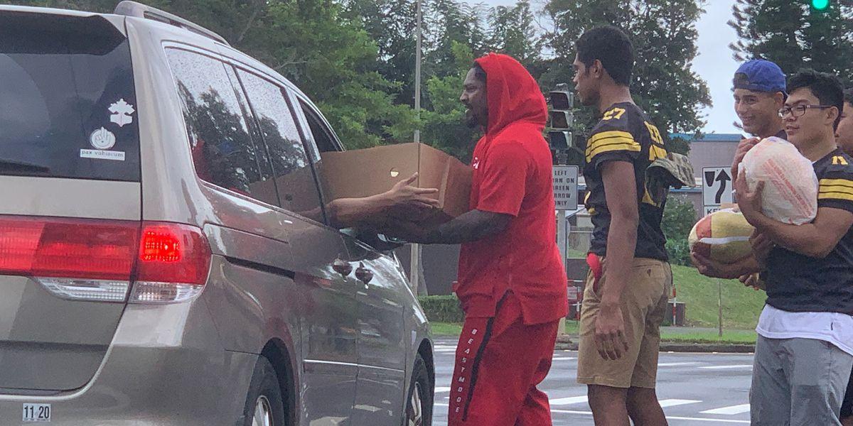 NFL stars alongside the Trojans spread some holiday generosity in Mililani
