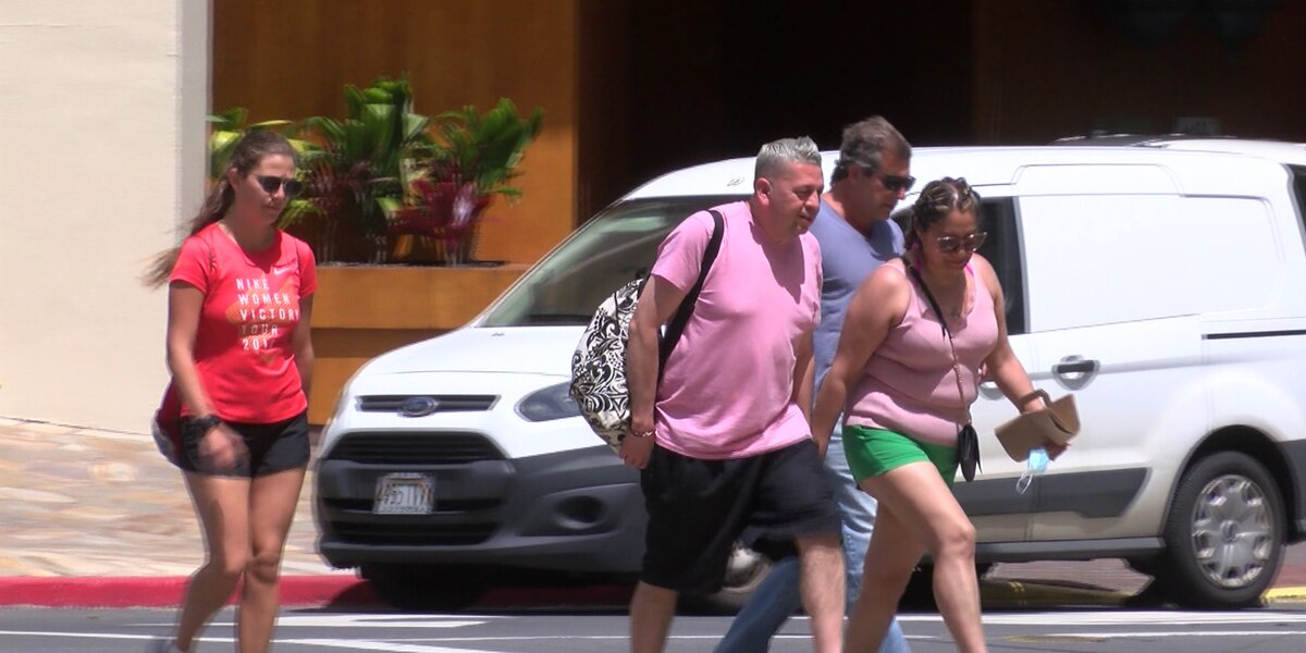 Amid a boom in visitors, Waikiki also sees an increase in people not wearing masks