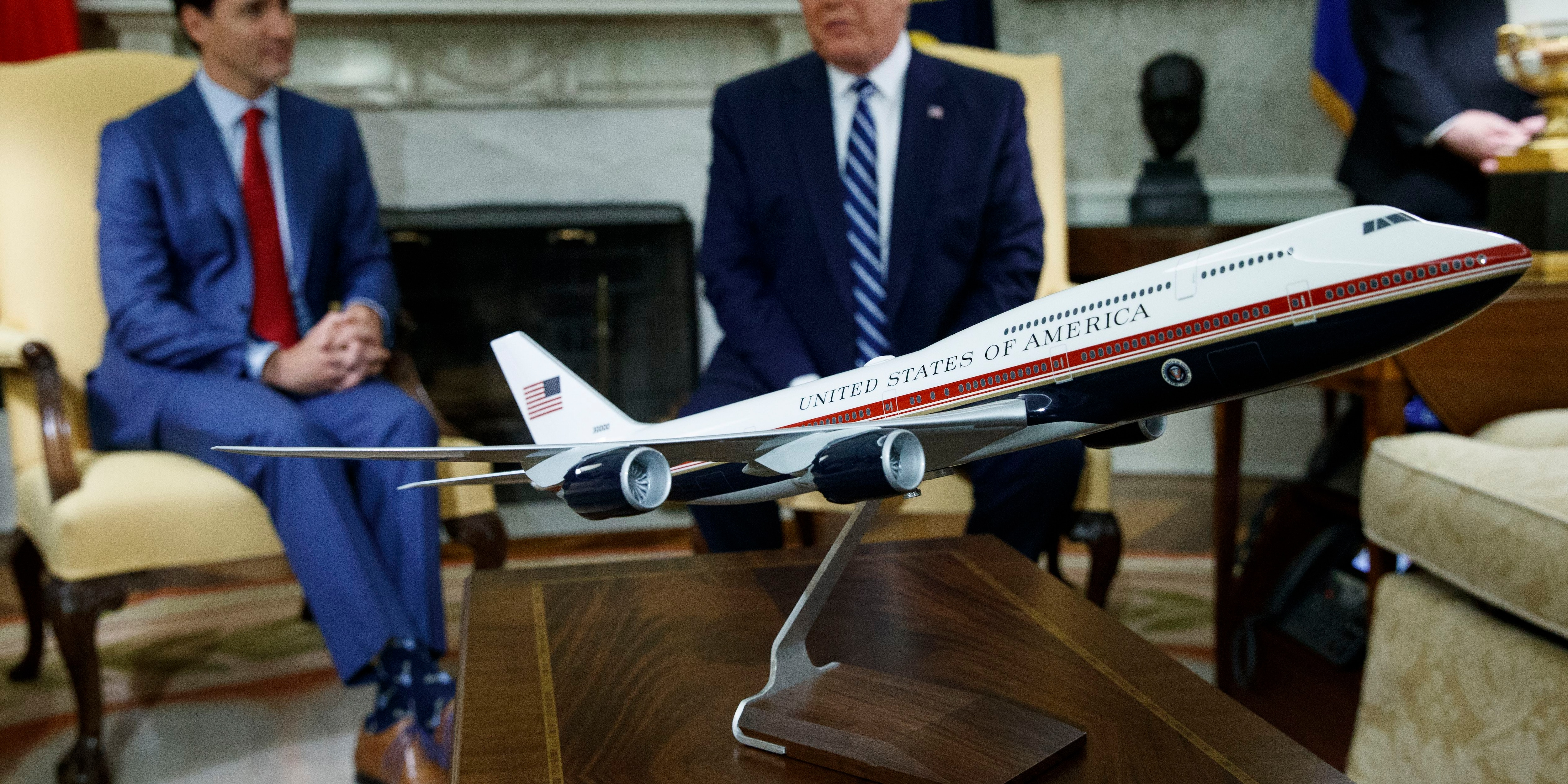 meilleure sélection eed55 b4f7e Trump shows off proposed red, white and blue Air Force One ...