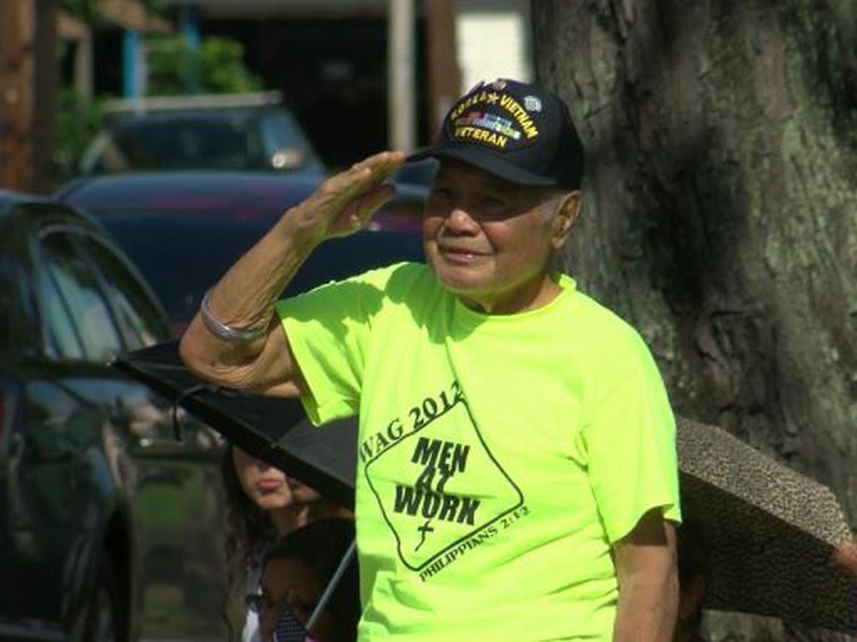 Sporting their red, white and blue, hundreds line Wahiawa thoroughfare for Veterans Day parade