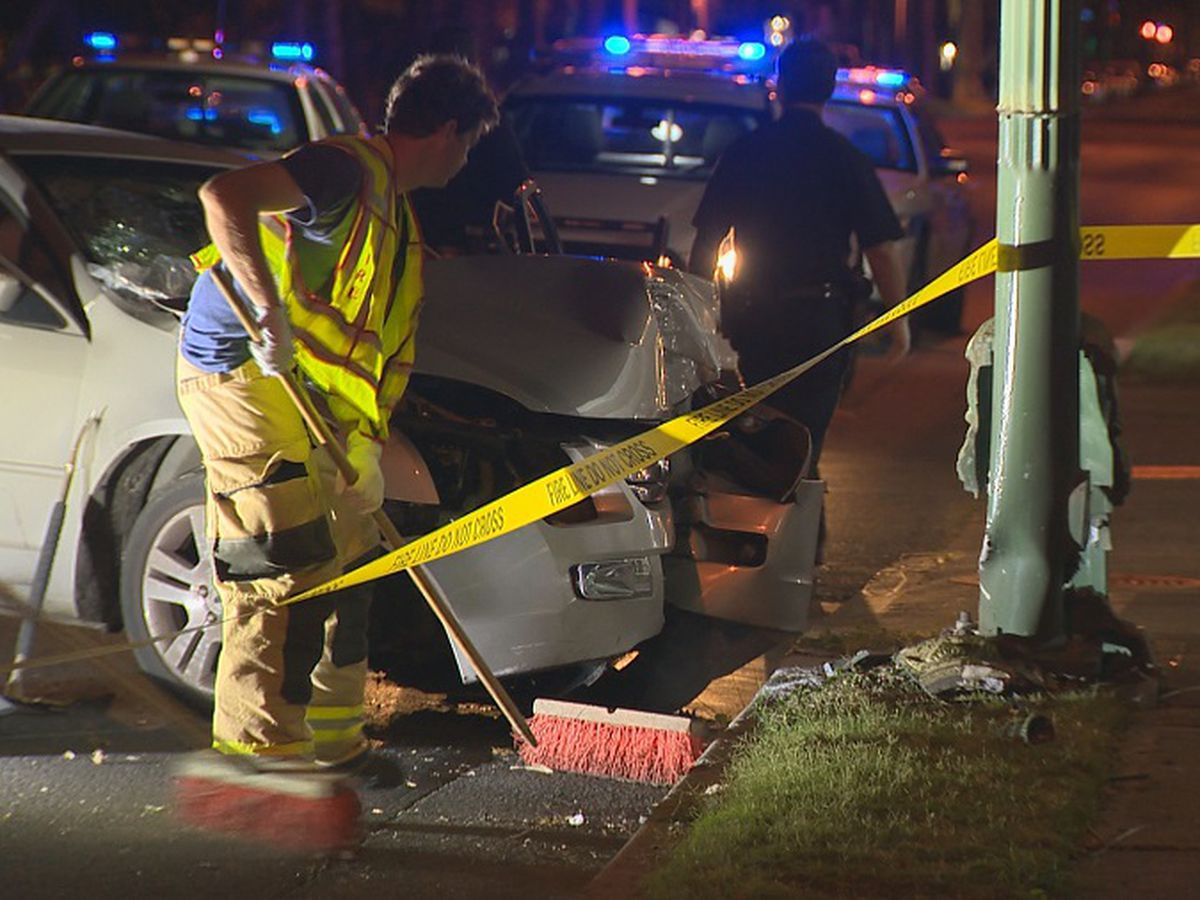 2 seriously injured after sedan crashes into pole in Waikiki