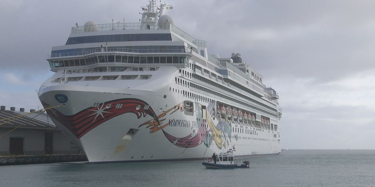 Passengers at cruise ship docked in Honolulu to disembark, leave on planes
