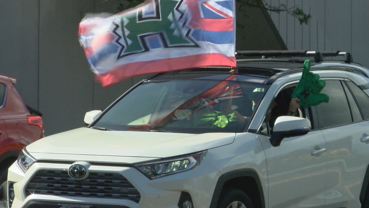 Hundreds of UH fans drove through to greet 'Bows volleyball after returning as National Champions