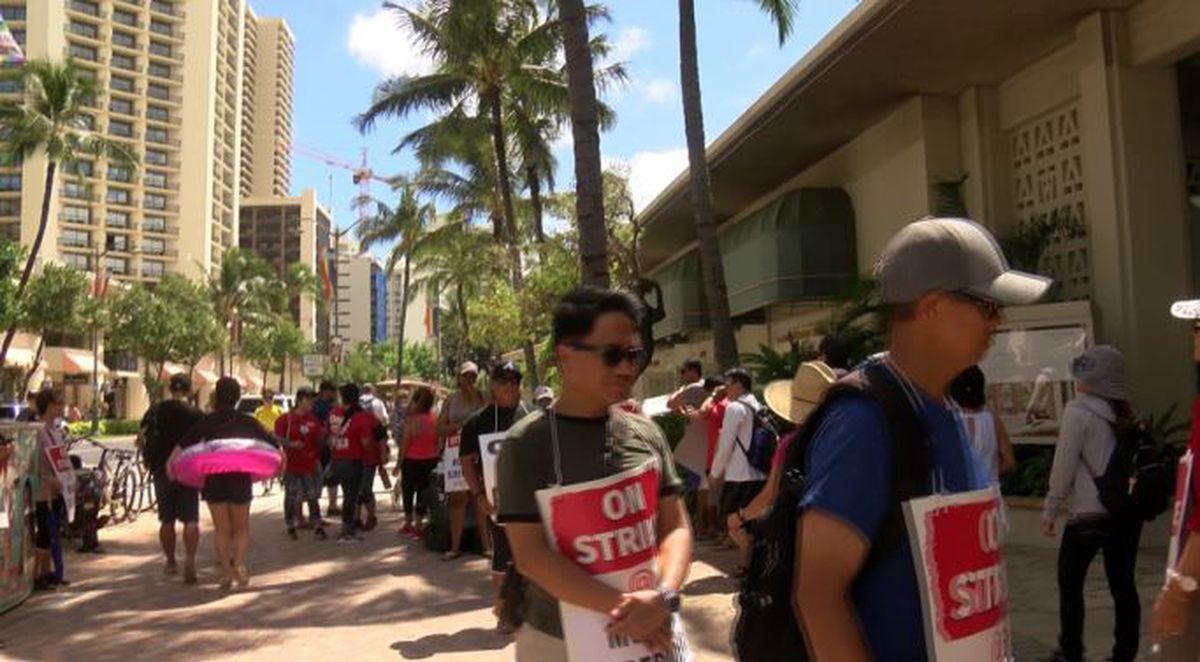 As strike at Hawaii hotels drag on, visitors ratchet up complaints