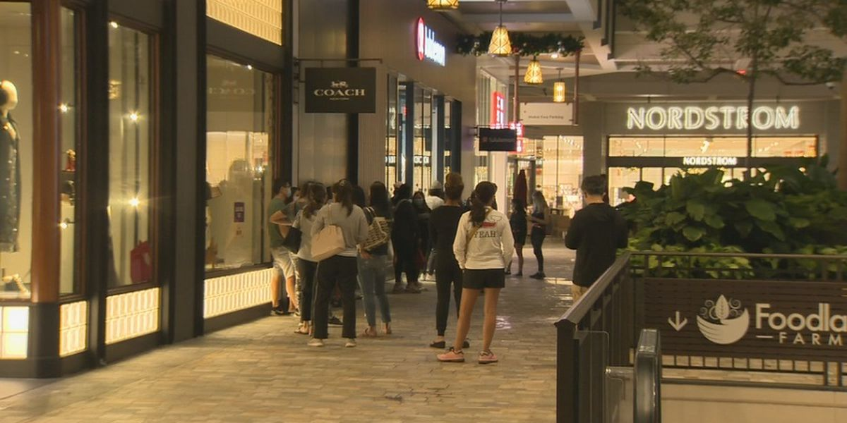 Despite a slow start, many head to Hawaii malls for a different kind of Black Friday