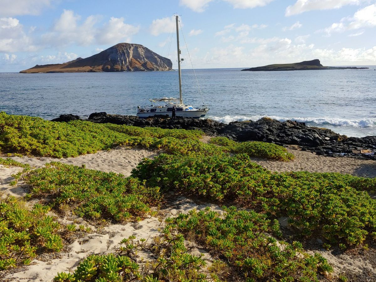 Coast Guard responds to grounded sailboat near Makapuu Beach
