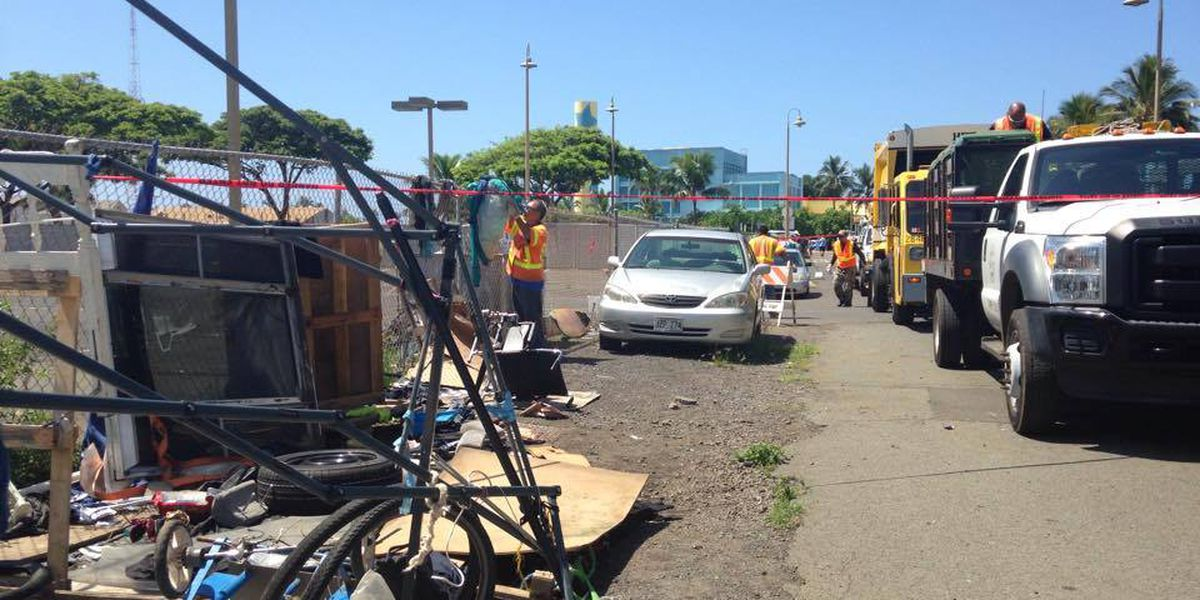 Crews clear outskirts of large homeless camp in Kakaako