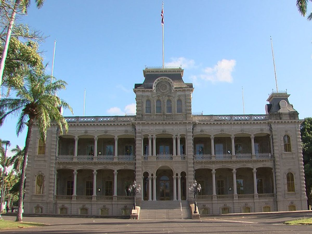 State to investigate whether swarming bees at Iolani Palace are 'Africanized'