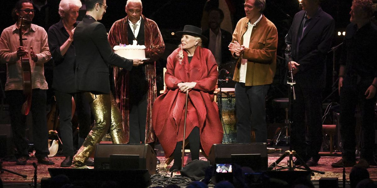 Joni Mitchell thrills concert audience just by showing up